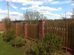 Деревянный забор на столбах из бессера