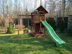 детская площадка из дерева с качелями