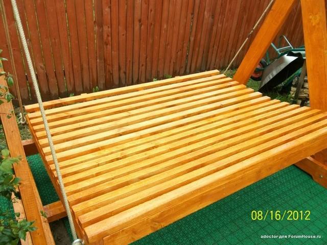 Качели деревянные раскладные в разложенном состоянии