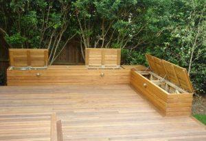деревянная терраса с лавками