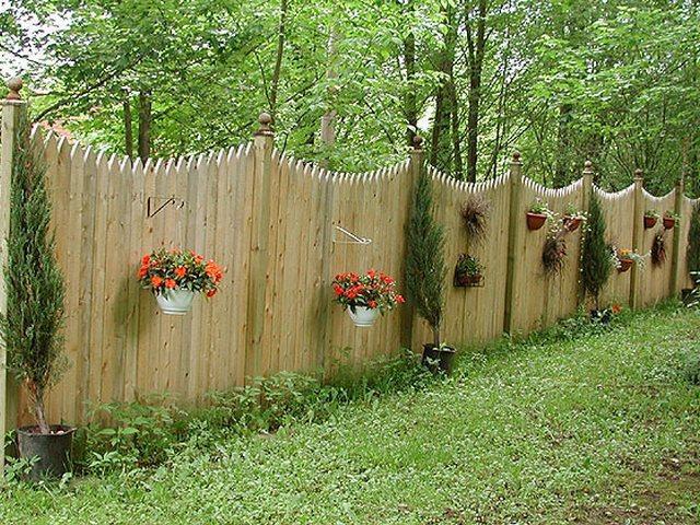 красивые заборы - сплошной забор с цветами