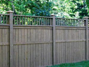 сплошной забор с деревянными столбами