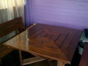 деревянный стол в форме квадрата