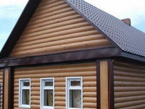 Блок-хаус в обшивке деревенского дома