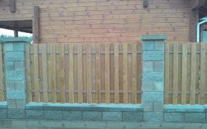 забор из импрегнированного штакетника
